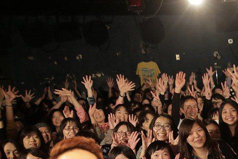 宇宙人日前赴日在網路影音平台總部開唱,成為台灣第一組受邀樂團,他們在日本人氣爆發,100張門票15分鐘內售罄,代表台灣站上國際舞台,讓3人緊張不已,表演當天還起了個大早排演,為了怕吵到其他房客,他們...