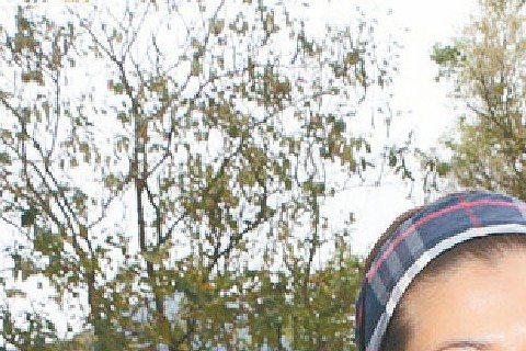成龍舊愛吳綺莉日前驚傳涉嫌藏毒、虐女,遭香港警方逮捕,13日消息曝光後,吳綺莉先是全盤否認,但之後又坦承確實被禁止接觸女兒,表示「近兩天沒見過女兒」。據了解吳卓林目前由香港社福機構暫時監護,吳綺莉被...