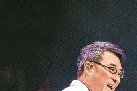 寶寶即將滿周歲之際,梁靜茹以「你的名字是愛情」巡演上海站作為復出大秀,兩場爆滿票房,證明人母行情不減,恩師李宗盛也連兩場擔任嘉賓力挺。梁靜茹復出大喜,師父兼乾爹李宗盛擔任兩場嘉賓,合唱「小手拉大手」...