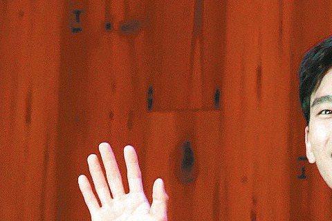 韓星金秀賢昨為代言的咖啡店活動站台,與720名幸運粉絲相見歡,活動延遲20分鐘開始,雖然他露臉僅39分鐘,粉絲不捨,他好言安慰:「很快就會再來了,能夠跟大家碰面很開心,因為各位的熱情讓現場氣氛都熱起...