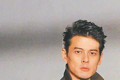 信計畫與未婚妻wei wei結婚,新歌「風蕭蕭兮」描述男人進入婚姻殿堂前的感受,他以黑色幽默呈現複雜心情,MV找來身材一樣高䠷的同門郭品超合作,信說:「我本來是要自己演,但很怕演了之後,我會回不了家...