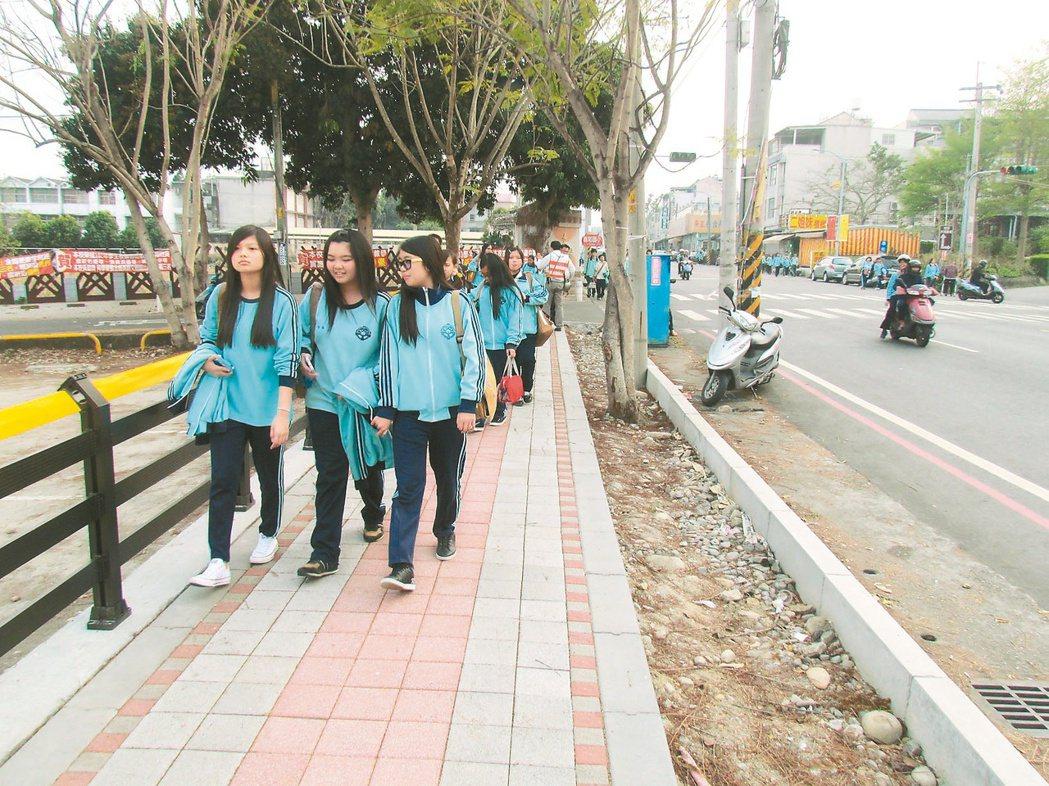 南投市南崗國中通學步道,經本報「在地願景」催生,一部分步道已經完工,學生可以自在...