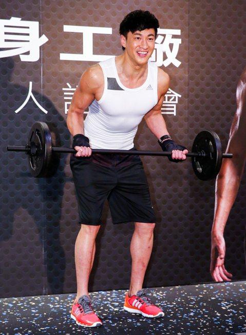 體格精實壯碩的何潤東,原本就是個「健身控」,接下健身房代言,直呼是如願以償,以前必須付費加入會員,現在則是免費會員又有酬勞入袋,有種「賺到了」感覺。何潤東回憶剛出道時,身高185公分,體重卻只有66...