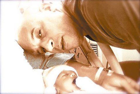 「玩命關頭」系列男星馮迪索最近歡喜迎接第3個孩子報到,還在臉書貼出與新生兒的溫馨合照,展現父愛。由他主演的「玩命關頭7」即將在4月推出,該片日前在美國德州南西南電影節首度曝光,也傳出年度「爽片」的不...