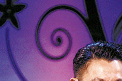 天王劉德華在新片「失孤」演農民工,但其實他從小就過著農民工生活,因為他小時候家裡開店,他一早得起床煮稀飯、賣稀飯,甚至要到外面的公共水龍頭洗碗,足足洗了6年。片中劉德華要親自用線縫旗,他也曝自己的針...