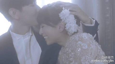 林俊傑突然在微博上曬婚照,難不成他閃婚了!而且對像竟然是日本樂壇天后濱崎步!原來這是兩人為合作的新歌〈Gift〉拍攝MV的畫面啦!