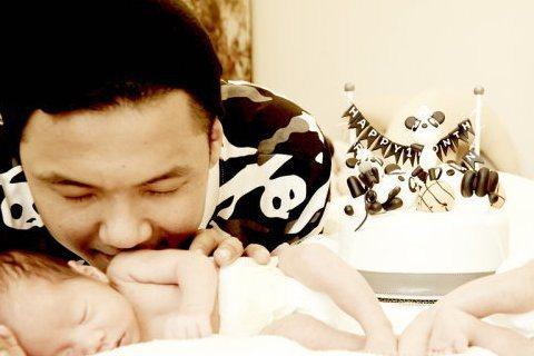 新手媽咪范瑋琪(范范)今天過生日,老公黑人在臉書、微博社群網站公開發文,甜蜜留下:「謝謝妳為這個家、所做的一切犧牲和奉獻…我永遠愛妳…生日快樂我的寶貝!」范范立刻回應:「謝謝大家的祝福~想說從今以後...