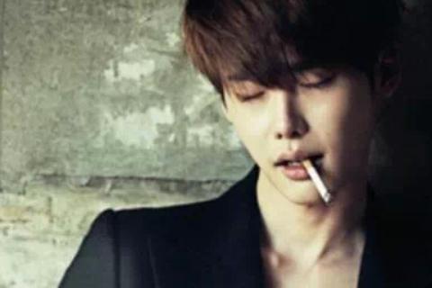 他不諱言抽菸,李寶英和他合作「聽見你的聲音」時,曾爆料拍吻戲前3小時,禁止李鍾碩抽菸,因為她不喜歡菸味。(雖然叼根菸拍照看起來很有fu,不過為了身體健康,歐巴還是戒菸吧!)※提醒您,吸菸有健康※