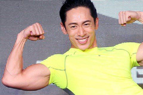 路斯明為運動服裝品牌走秀,本身就常在健身的他,還在現場示範用運動器材輔助,仰臥起坐後讓身體停在半空中,整個人看起就像是漂浮起來,他的體力被稱讚已經是運動員的等級了。