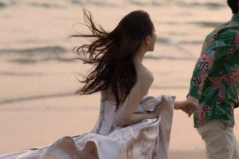 伊能靜、秦昊3月21日將在普吉島辦婚禮,今天婚紗照曝光,這對新人攜手對望、深情相擁,海灘美景、浪漫唯美。