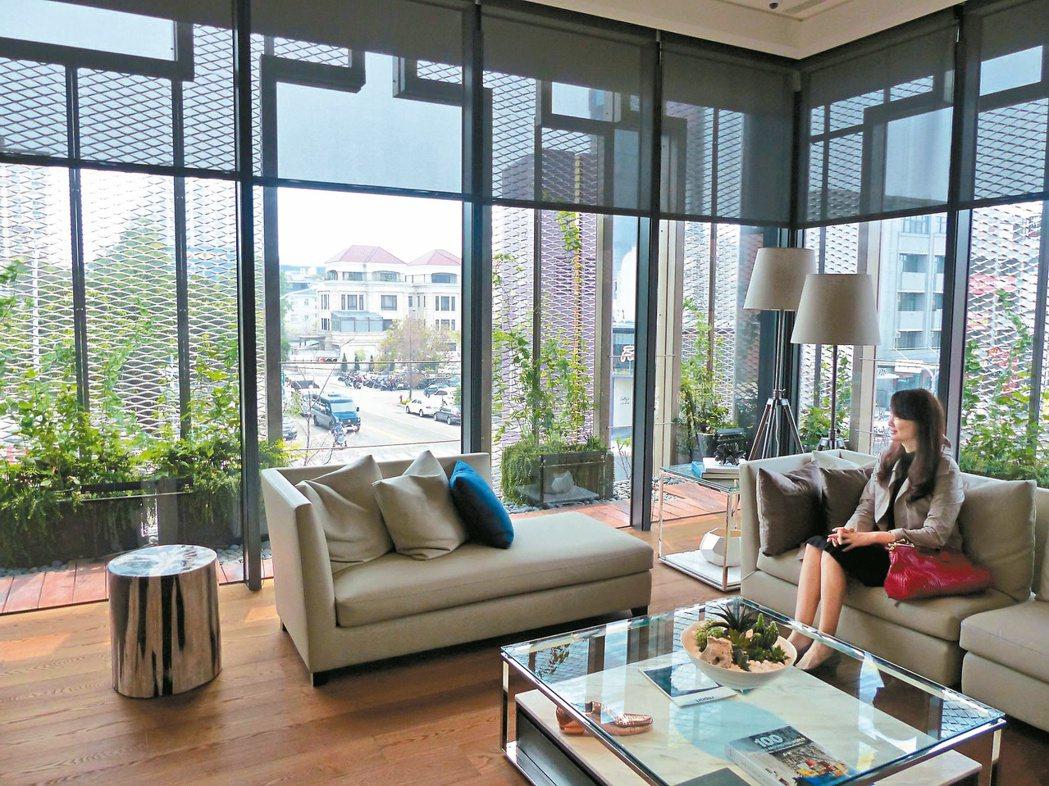 「磐鈺雲華」以通風、光線、擴張網綠植栽等,打造呼吸住宅。 記者趙容萱/攝影