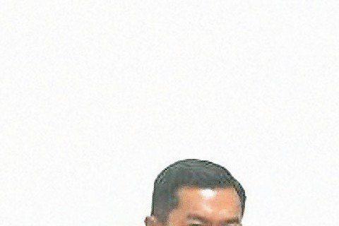 趙薇重色輕友,棄老同學改與男神聚餐?大陸女星趙薇日前在微博貼出北京電影學院96班的同學會照片,照片中黃曉明、祖鋒等同學齊聚一堂,卻獨缺趙薇本人。無獨有偶,同一天有微博網友爆料,趙薇與古天樂、鍾漢良三...