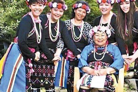 阿妹雖然在忙「烏托邦」演唱會、「Amit2」新專輯,同步也推出這張保存部落文化的專輯。「Damalagaw—大巴六九部落傳唱歌謠」專輯由她本人擔任音樂總監與企畫統籌,她多年來就想保留年事漸高的部落長...