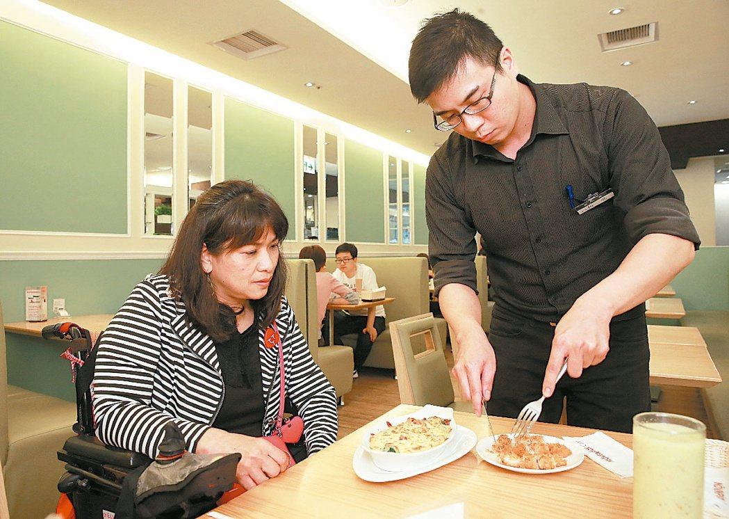 餐廳訪查众社會企業,身障朋友檢核友善餐廳的情形。查看餐廳是否有...