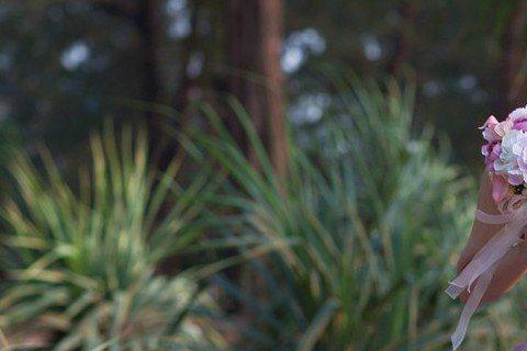 46歲的伊能靜21日和小她10歲男友秦昊在普吉島完婚,僅邀請少數的雙方親友及閨蜜到場,也只在微博曝光幾張浪漫的婚紗照跟粉絲們分享。事前表示從未穿過婚紗和舉辦婚宴的她,今日則在微博再曝光婚宴美食、婚禮...