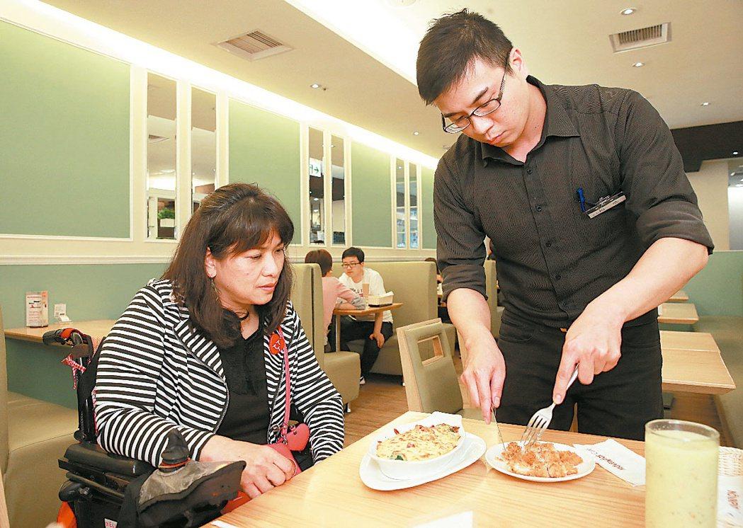 「众社會企業」身障朋友檢核友善餐廳的情形。查看餐廳是否有臨桌協助切割的服務。 記...