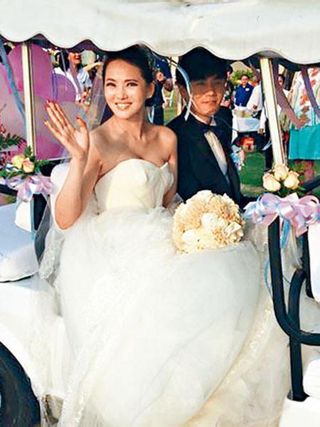 伊能靜和秦昊在泰國普吉島舉行婚禮,在這之前一直非常低調,伊能靜也希望賓客盡量不要上傳婚禮現場照,讓她們可以好好的先「修圖」後才美美的上傳,但幸福的事情怎麼藏得住呢?網路上還是流出了兩人婚禮的幸福畫面...