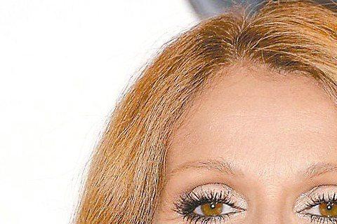 暫別舞台的女歌手席琳狄翁將在8月底重返歌壇,在賭城拉斯維加斯的凱撒宮駐唱。46歲的席琳狄翁去年8月因為丈夫咽喉癌復發,為了全心照顧他,毅然決然宣布暫停所有表演活動。日前席琳狄翁接受美國「時人」雜誌訪...