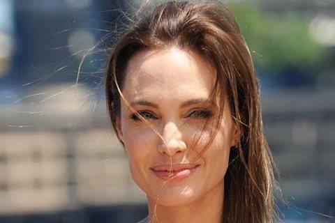 繼接受預防性雙乳切除手術後,好萊塢女星安潔莉娜裘莉(Angelina Jolie)再公開表示,她已經接受了摘除卵巢及輸卵管度的手術。裘莉2年前因檢查出BRCA1基因缺陷,有罹患乳癌的高度風險,所以決...