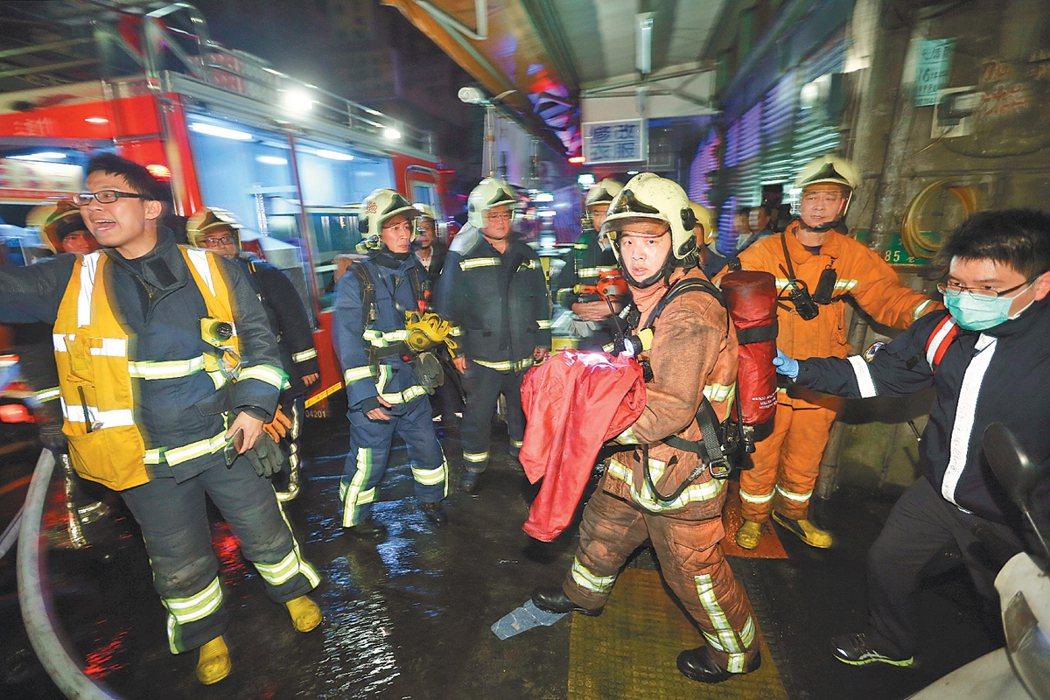 消防隊員水裡來、火裡去,常常還要在生死一瞬間,面對遺體和傷患;他們不想當英雄,只...