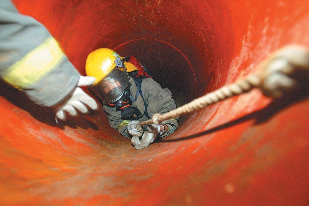 消防人力短缺問題嚴重,圖為消防員進行救災訓練。 報系資料照