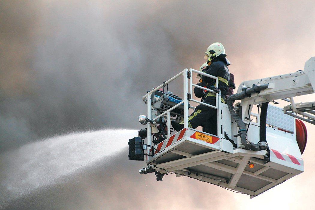 消防員冒著生命到現場救災,誰來保護消防員? 報系資料照