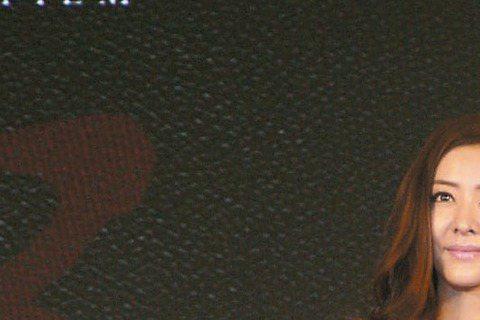 甄子丹打出傳奇的「葉問」系列開拍3D「葉問3」,昨在上海開鏡,不但原班人馬甄子丹、熊黛林及導演葉偉信全員到齊,拳王泰森還將與甄子丹的詠春拳有場強力對決,電影公司並砸錢用特效重現李小龍身影,形成各世代...