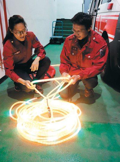 氣爆過後,高市消防局增添相關器材設備,像是火警可以用到的「發光照明繩」一條長30...