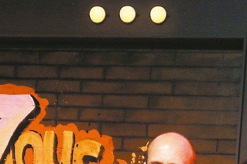 電影「玩命關頭7」亞洲首映昨天在北京舉行,主要演員「唐老大」馮迪索、傑森史塔森與蜜雪兒羅卓奎茲等人均出席。儘管紅毯比預計時間延遲將近兩小時才舉行,但馮迪索一出現在紅地毯立即引起全場尖叫,他也高聲對粉...