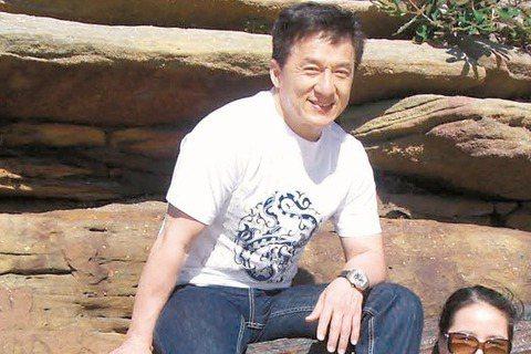 60歲的成龍要出書了,由成龍口述、朱墨執筆的「成龍:還沒長大就老了」一書,已在網上預售,自己的故事自己賣,成龍親自在微博推薦,書預計4月7日在他61歲生日時正式出版,據悉他在書中細談林鳳嬌、房祖名、...