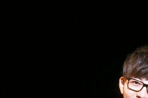 胡夏在新歌「替我照顧她」MV中,找來電影「等一個人咖啡」竄起的宋芸樺與他大談穿越時空的浪漫戲碼,兩人皆因「九把刀」發光,胡還搬出電影橋段當哏說:「可以教我怎麼變出香腸跟豆花嗎?」氣氛搞笑。