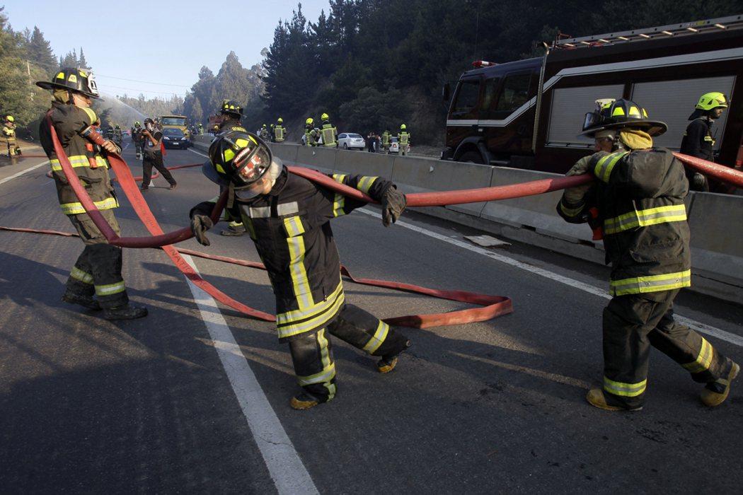 美國消防人員執行勤務重視團隊作戰及火場安全。圖為消防人員撲救森林野火。 美聯社