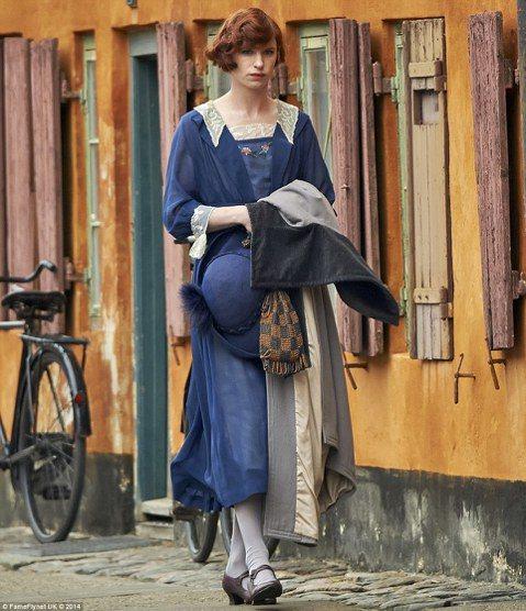 在丹麥的街頭一位看似平凡無奇的女性,如果仔細一看會發現那不是奧斯卡影帝艾迪瑞德曼(Eddie Redmayne)。原來他在丹麥拍攝新片《The Danish Girl》,他在片中飾演一位變性的畫家,...