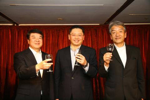 和泰汽車河野副董事長(右)、蘇純興總經理(中)及國瑞汽車星野總經理(左)共同主持...