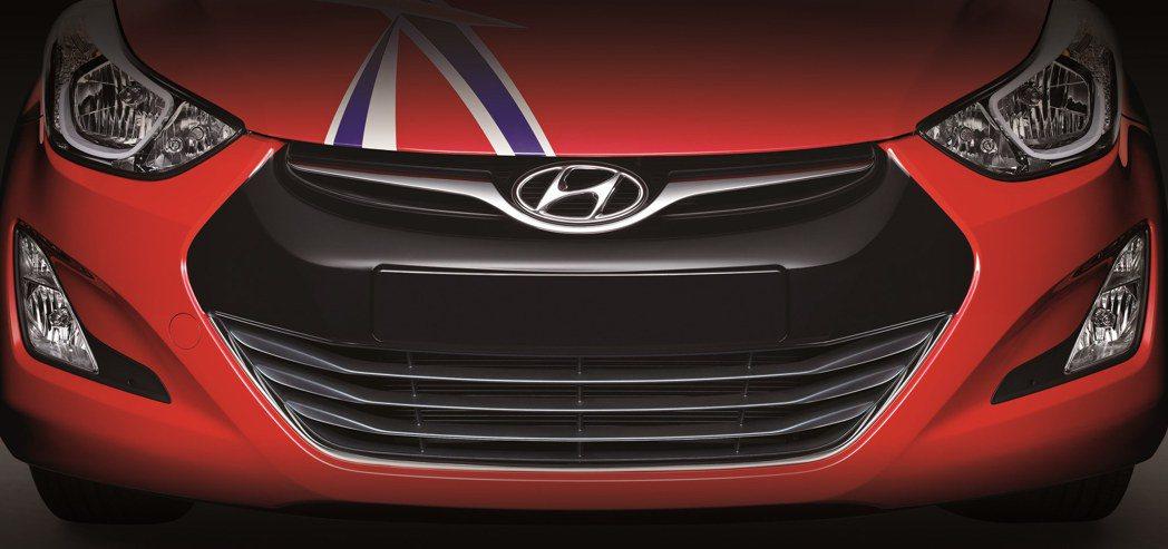 採用銀翼鍍鉻黑色水箱護罩,搭配英倫貼紙,獨具特色。 Hyundai提供