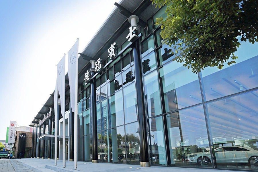斥資五億打造的德冠賓士展示中心,基地面積2200坪,樓板面積1800坪,並緊鄰高...