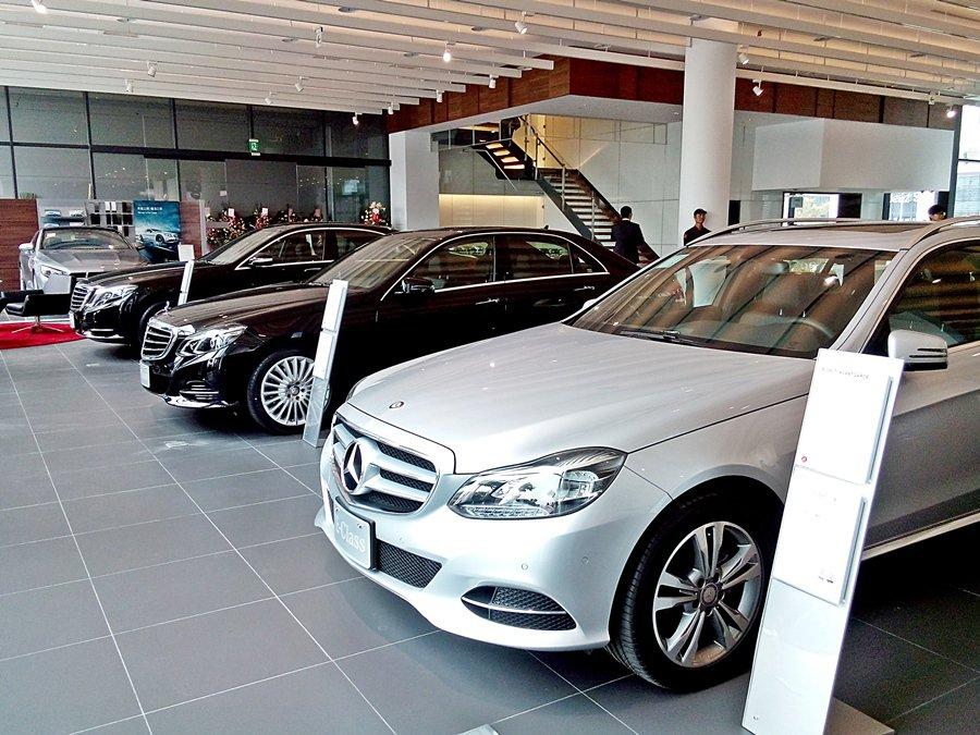 德冠賓士展示中心室內可同時陳列21台賓士車,維修中心則可以同時接待15台車進廠保...