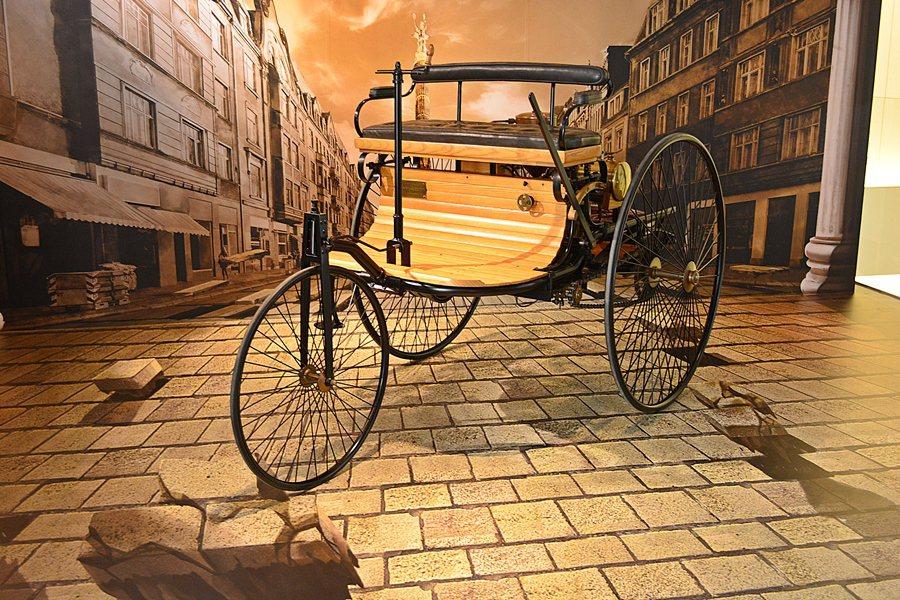 德冠賓士展示中心骨董車廊,展示一台復刻的賓士汽車創業作品三輪汽車。  記者趙惠...