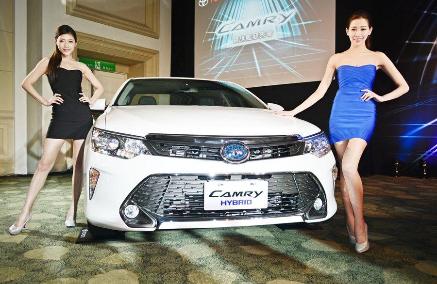 改款Camry,不僅有更銳利而霸氣的外觀與質感更好的內裝,還同步導入Hyrid油...