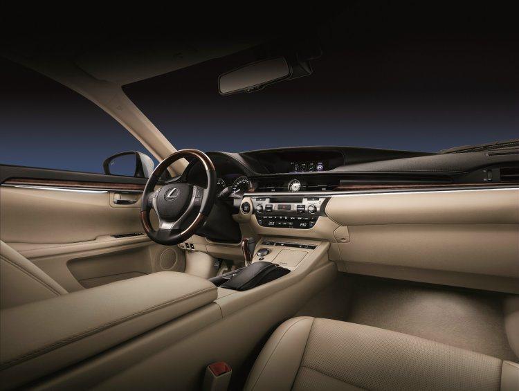 延續高質感內裝氛圍,新追加頂級款、旗艦款車型都採用木飾板、真皮包覆原木方向盤、環...