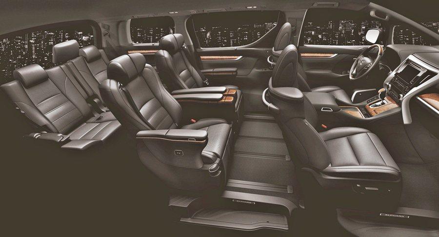 Alphard引的是最高等級的「Executive Lounge」版本,座艙以拋...