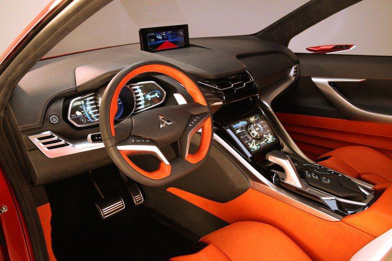 最吸引人處將會在儀表框橫向與中控台介面的處理,包括橘色、黑色、銀色材質混搭營造高科技質感,以及行動智慧車載系統都將在該車出現,另外駕駛方向盤上也會整合快速功能鍵。 Mitsubishi提供