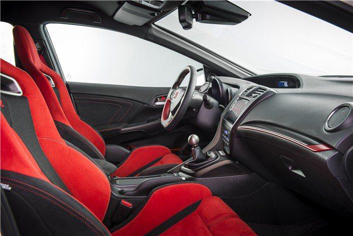 紅色賽車椅提供不俗的包覆表現,麂皮材質則強化了激烈操控時的止滑性。 Honda提...