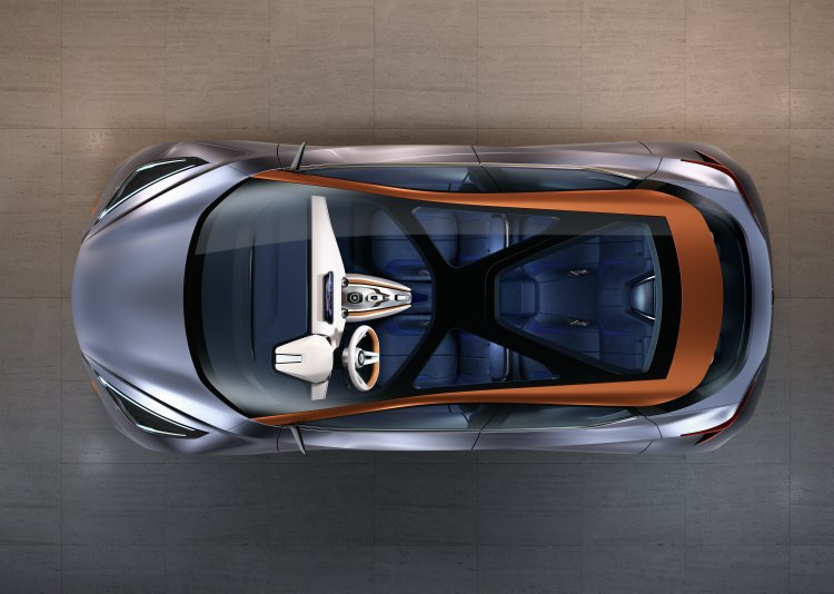 X型全景天窗造型別緻,A柱一路延伸至車尾的橘色線條也使得車頂別具特色。 NISS...