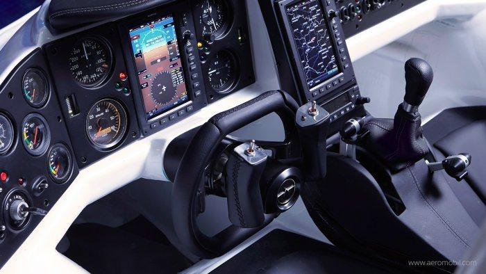 內裝搭載兩具大型液晶螢幕,整體按鍵佈局類似飛機座艙,科技感十足。 AeroMob...