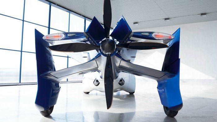 車尾搭載一具大型螺旋槳,搭配自動駕駛系統,時速高達200km/h,空中航行距離為...