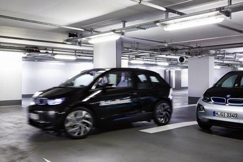 透過先進的雷射感應器,BMW Active Assist能夠執行自動停車與取車功...