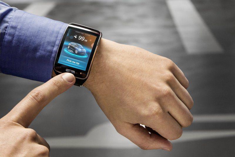 BMW 2015年初發表的概念智慧腕錶,能夠遙控車輛自動停車,或前往指定地點讓車...