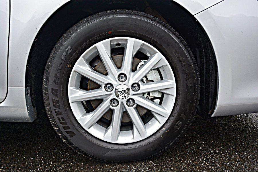 2.0L搭載的打的十幅式15吋輪圈造型。 記者趙惠群/攝影