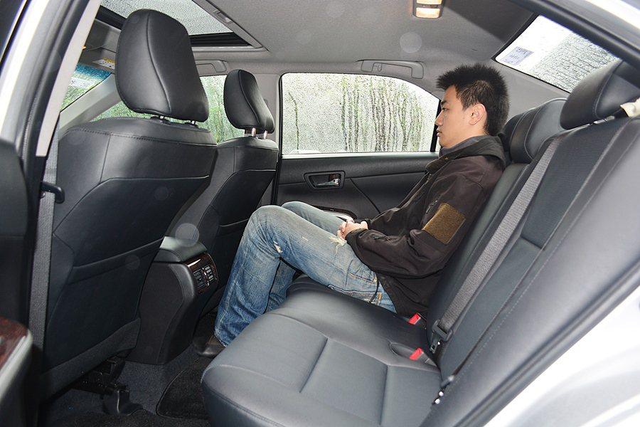後座因前座斜置椅背,膝部空間格外寬容。 記者趙惠群/攝影